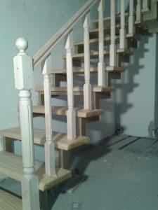 лестница металлокаркас с деревянным поручнем